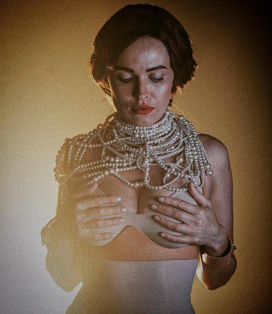 Грудь в жемчугах: Даша Астафьева порадовала эротичными фото - фото 174358