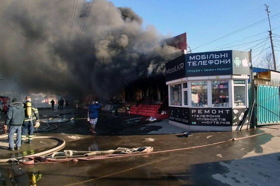 В Кривом Роге горит рынок - фото 174599