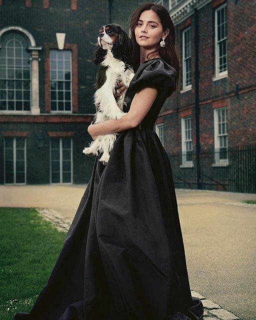 Бывшая девушка принца Гарри сделала фото на фоне его с Меган Маркл дома - фото 174921