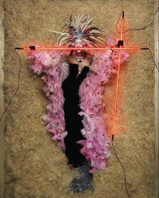 Леди Гага с пакетом на голове перевоплотилась в живую куклу - фото 175230