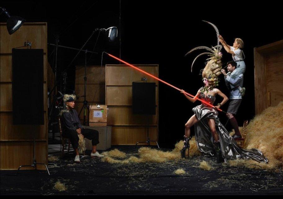 Леди Гага с пакетом на голове перевоплотилась в живую куклу - фото 175232