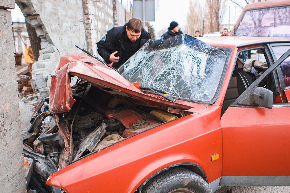 В Днепре 'Москвич' с двумя детьми развалился о стену (ФОТО) - фото 175300