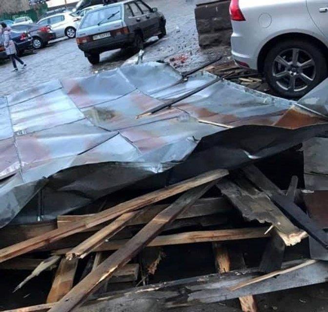 Во Львове ветер снес крышу дома, дерево и опору освещения - фото 175435