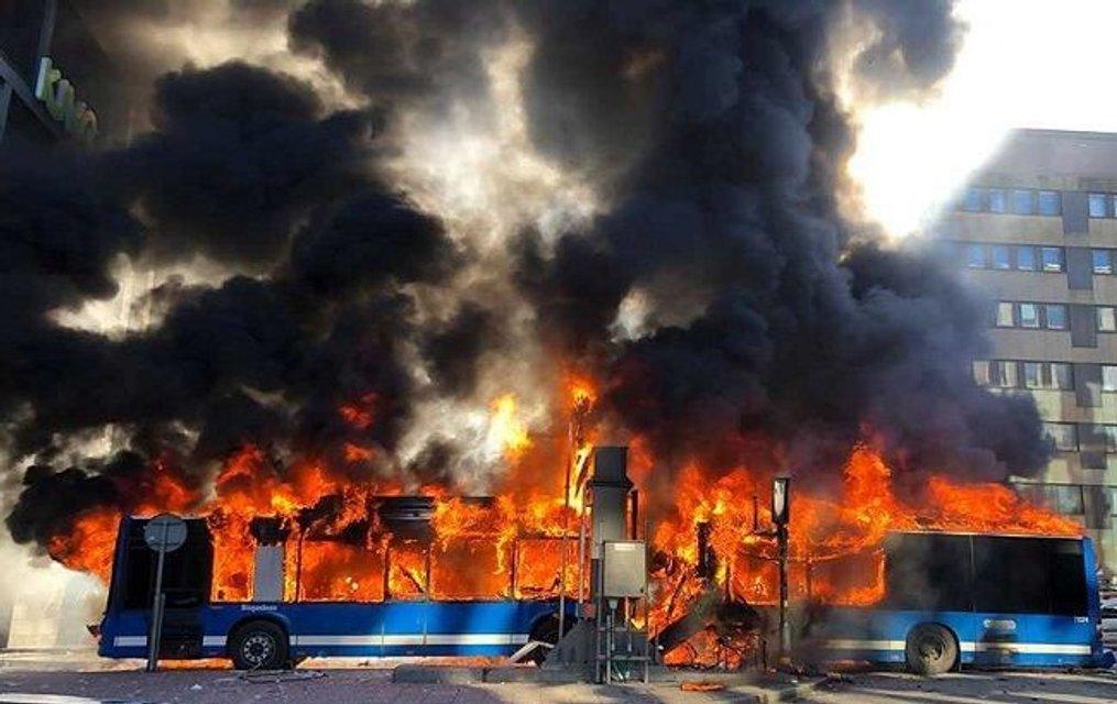 В центре Стокгольма взорвался автобус с пассажиром - фото 175460