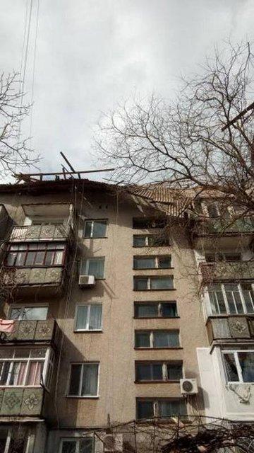 В Одессе ветер развалил стену торгового центра, есть пострадавшие - фото 175465