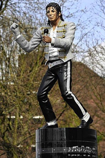 После выхода скандального фильма о Майкле Джексоне в Лондоне снесли его памятник - фото 175502