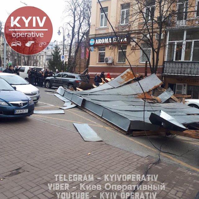В Киеве ураганный ветер срывает крыши и валит деревья (ФОТО) - фото 175556