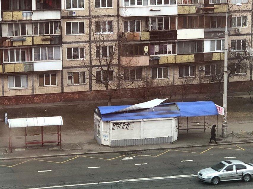 В Киеве ураганный ветер срывает крыши и валит деревья (ФОТО) - фото 175562