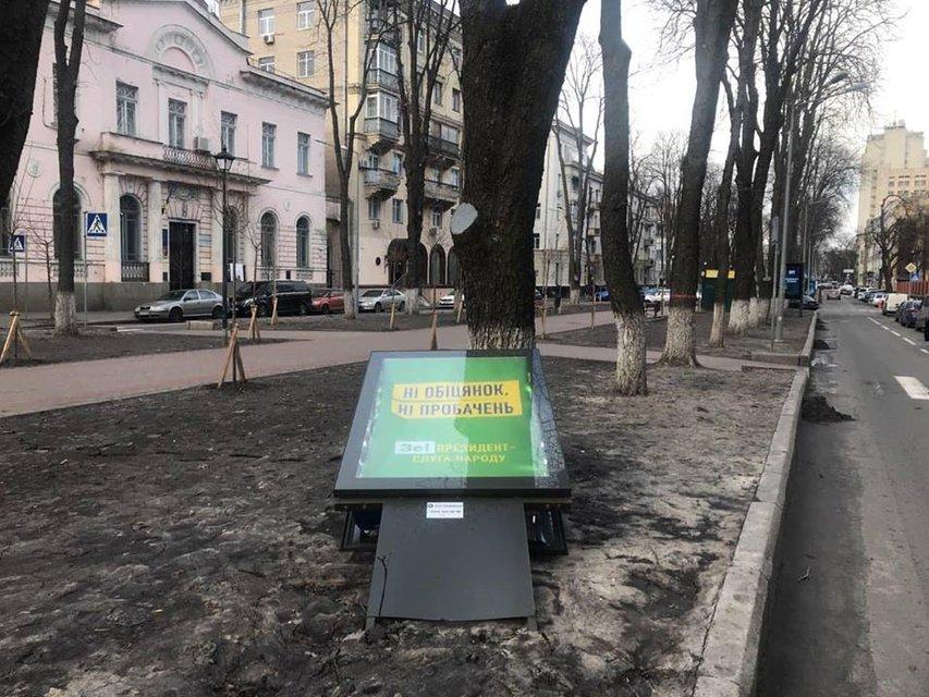 В Киеве ураганный ветер срывает крыши и валит деревья (ФОТО) - фото 175585