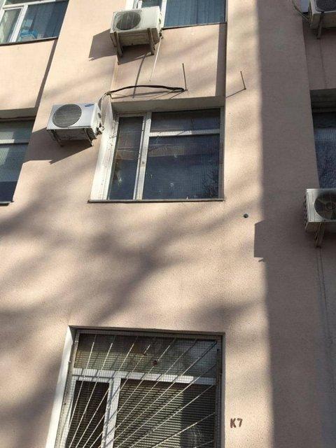 В Киеве обстреляли Голосеевский районный суд (ФОТО) - фото 175723