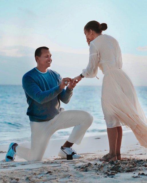На берегу океана: Дженнифер Лопес показала трогательные фото с помолвки - фото 175824