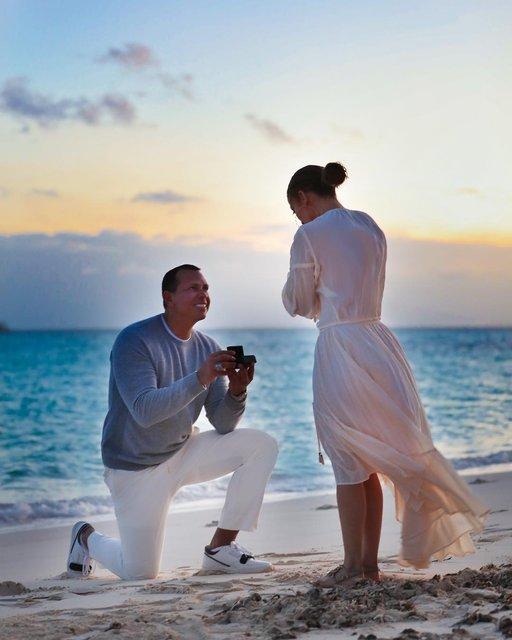 На берегу океана: Дженнифер Лопес показала трогательные фото с помолвки - фото 175825