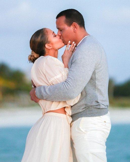 На берегу океана: Дженнифер Лопес показала трогательные фото с помолвки - фото 175826