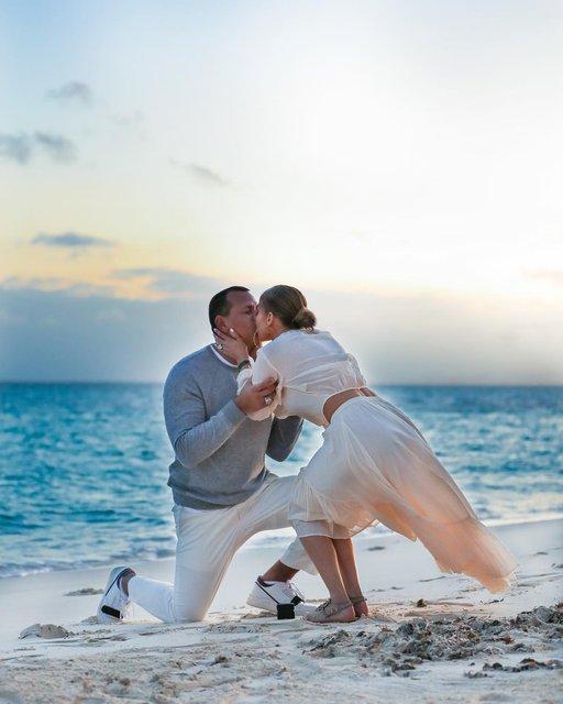 На берегу океана: Дженнифер Лопес показала трогательные фото с помолвки - фото 175827