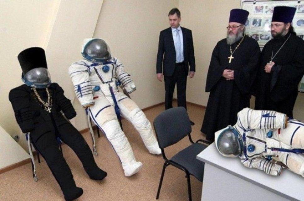Отец Звездоний: НАСА опубликовало фото духовника Роскосмоса - фото 175901