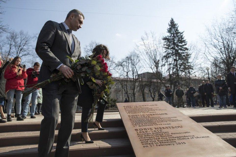 У посольства РФ в Киеве открылся сквер памяти Немцова - фото 176326
