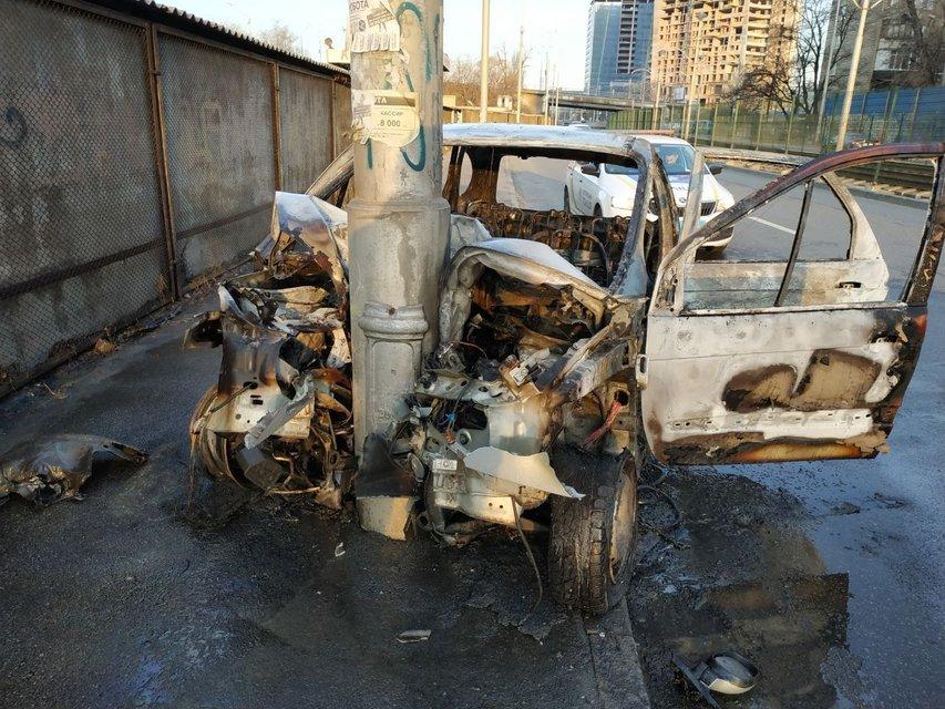 В Киеве иномарка влетела в столб и тут же сгорела ФОТО - фото 176572