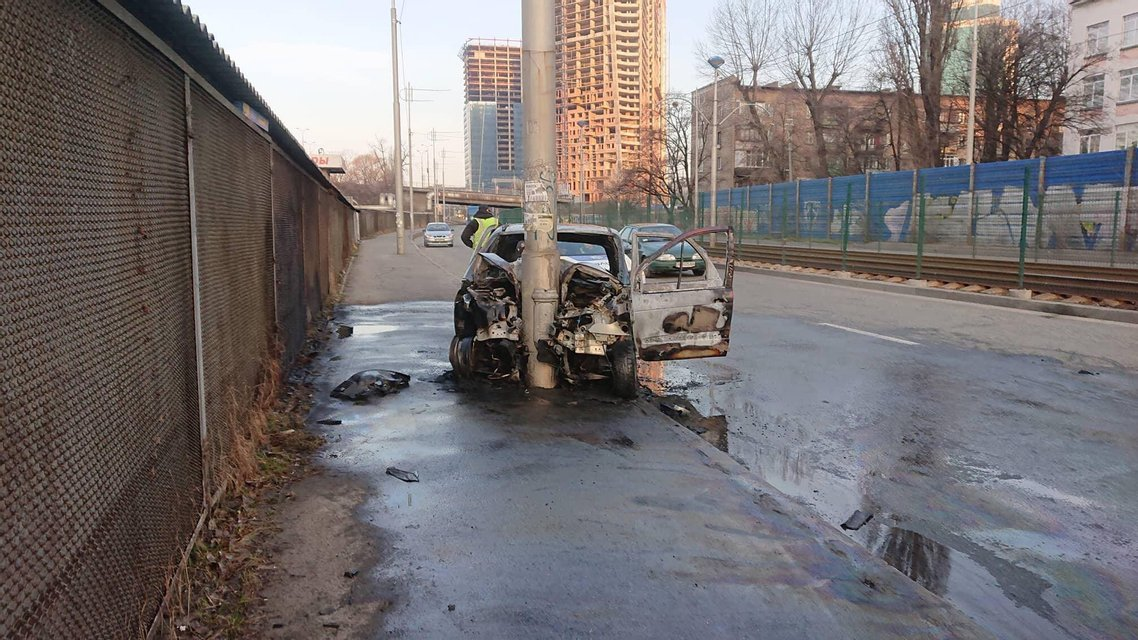 В Киеве иномарка влетела в столб и тут же сгорела ФОТО - фото 176573