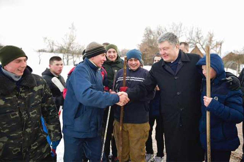 «Кушать хочется»: Тимошенко застукали с сосиской, сеть взорвалась шутками и мемами - фото 176603