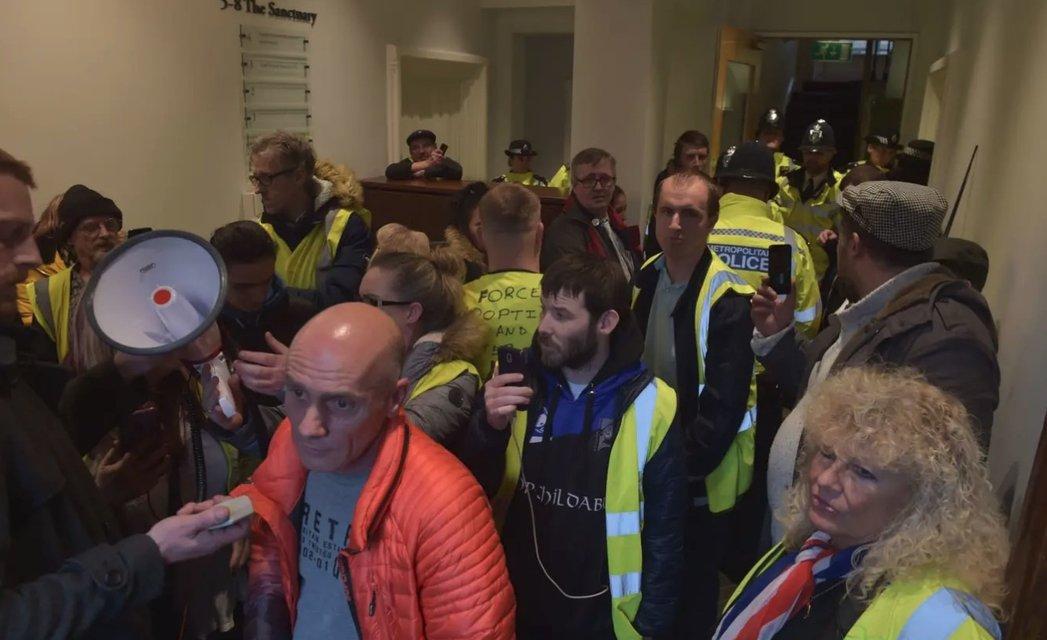 В Великобритании 'желтые жилеты' пошли на штурм офиса генпрокурора - фото 176907