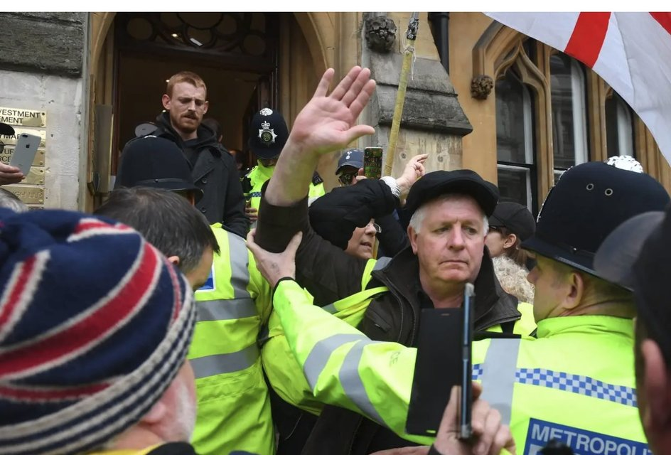 В Великобритании 'желтые жилеты' пошли на штурм офиса генпрокурора - фото 176908