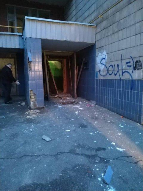 В подъезде жилого дома в Киеве прогремел мощнейший взрыв (ВИДЕО) - фото 176910