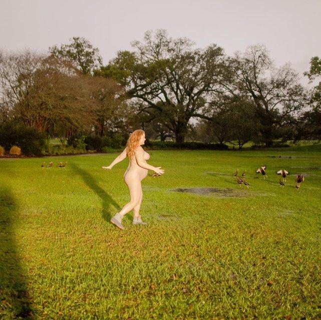 Голая Эми Шумер пробежалась по парку (фото) - фото 176961