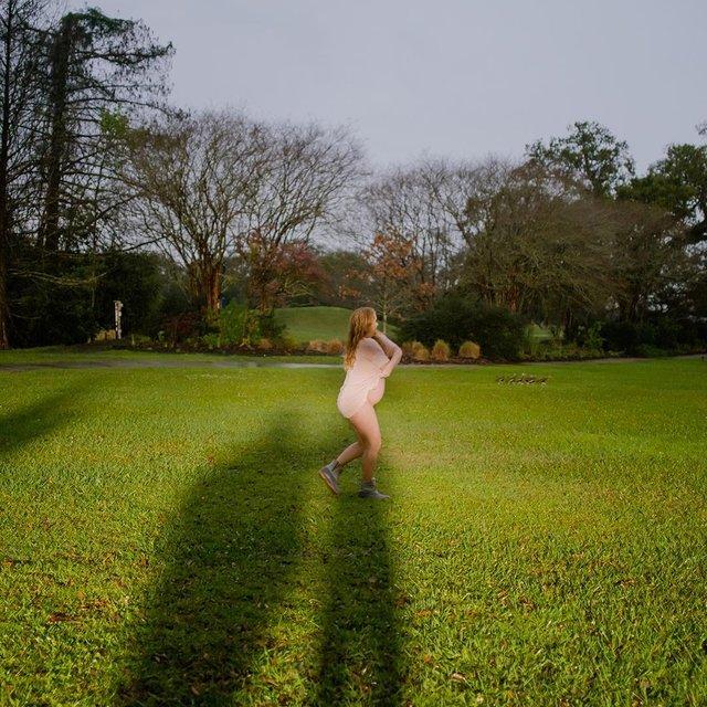 Голая Эми Шумер пробежалась по парку (фото) - фото 176962