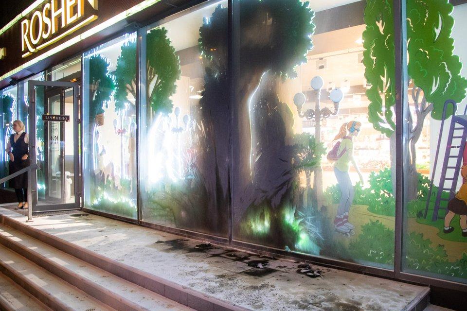 Неизвестные подожгли магазин Roshen в Киеве. Опять - ФОТО и ВИДЕО - фото 177080