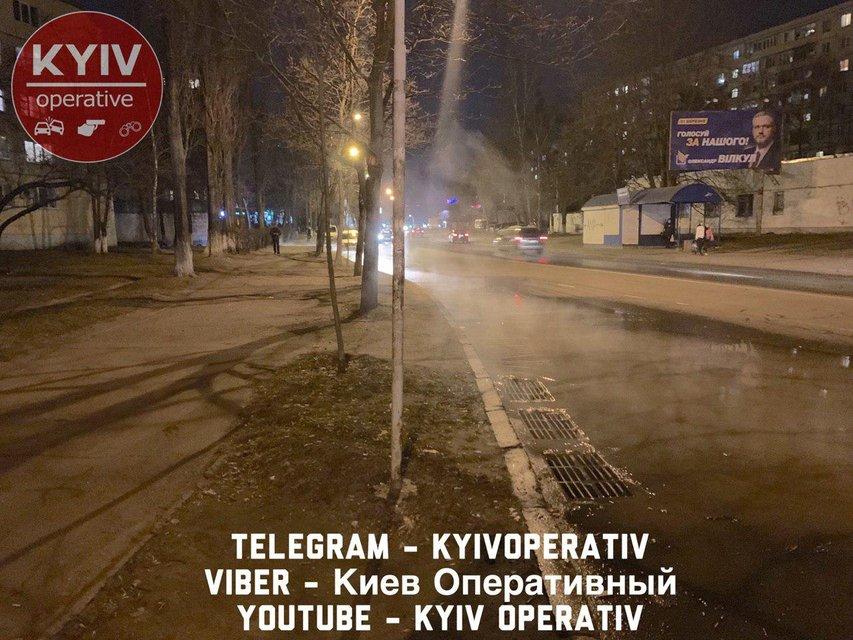 Течет по дороге: Киев затопило кипятком ФОТО - фото 177622