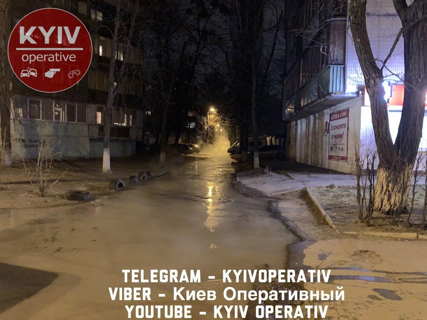 Течет по дороге: Киев затопило кипятком ФОТО - фото 177623