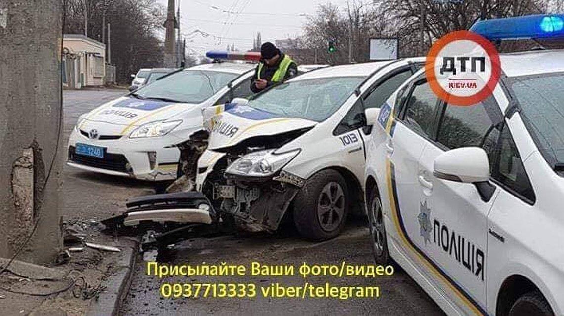 В Киеве патрульный заснул за рулем и развалил служебный Prius, есть пострадавшие (ФОТО) - фото 177639