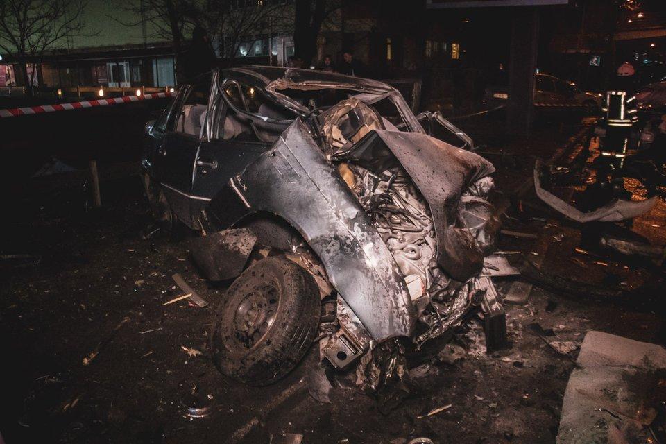 В Киеве водитель BMW вылетел на встречку, разнес пять машин и сбежал (ВИДЕО) - фото 177957