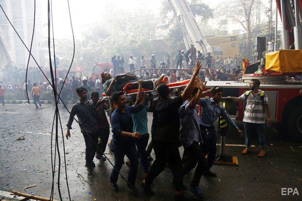 Десятки людей сгорели в офисном центре в Бангладеш: жуткие ФОТО - фото 178085