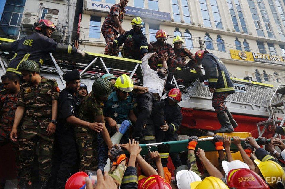Десятки людей сгорели в офисном центре в Бангладеш: жуткие ФОТО - фото 178086