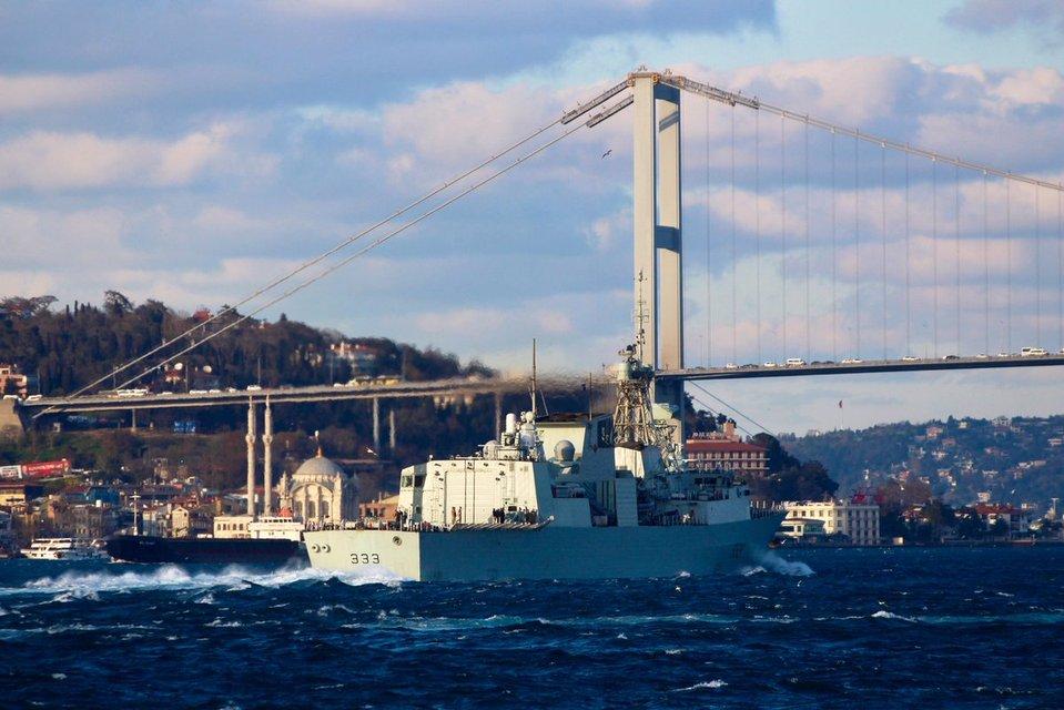 Ударная группа кораблей НАТО вошла в Чёрное море: появились эффектные фото - фото 178109