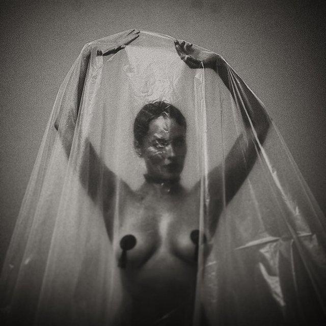 Астафьева показала грудь в пикантной фотосессии - фото 178134
