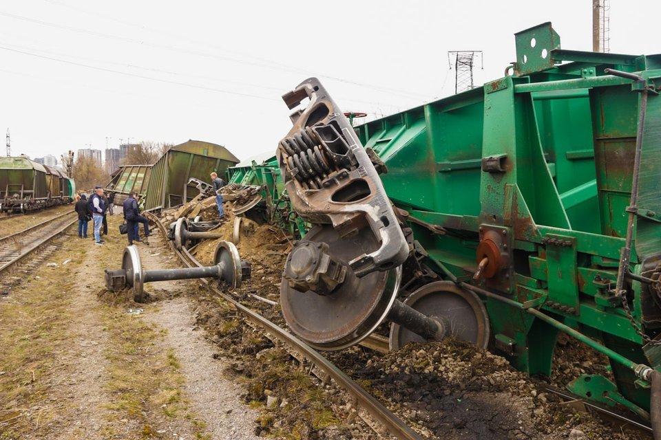В Киеве сошел с рельс поезд с семью вагонами (ФОТО+ВИДЕО) - фото 178163