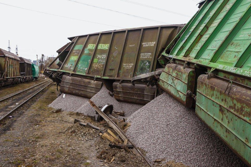 В Киеве сошел с рельс поезд с семью вагонами (ФОТО+ВИДЕО) - фото 178164