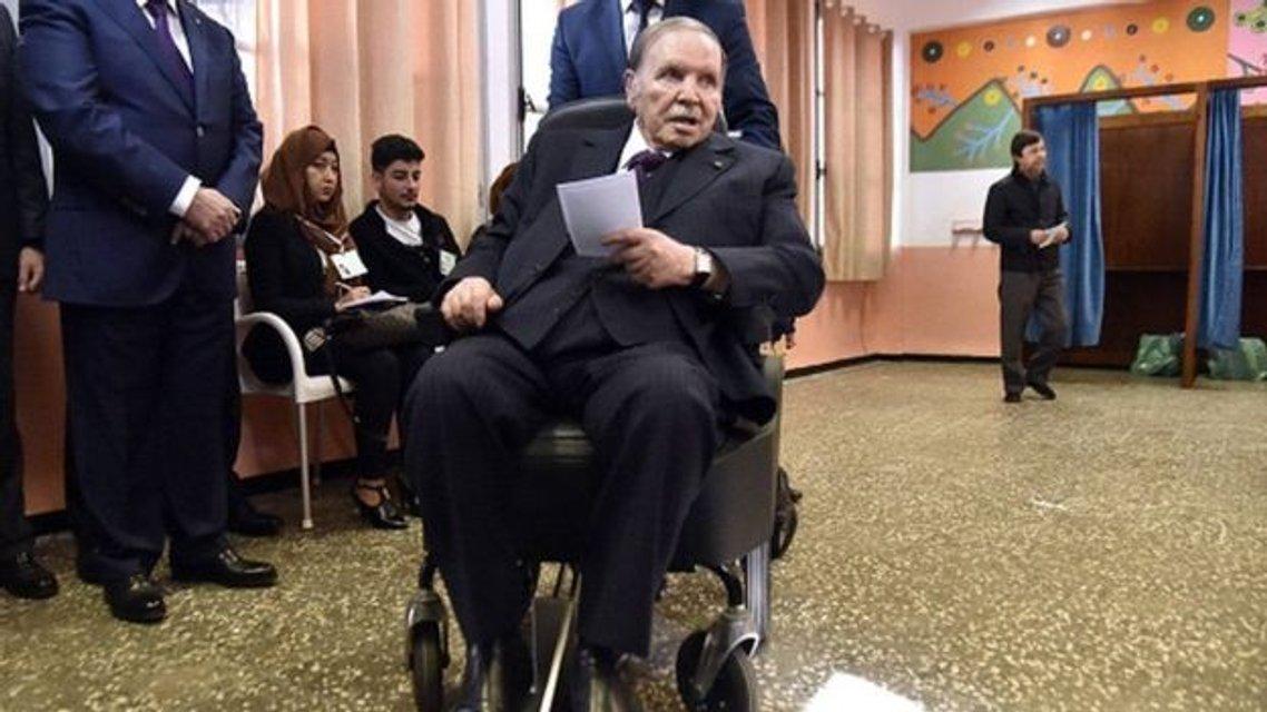 Президент Алжира устал и ушел в отставку - фото 178775