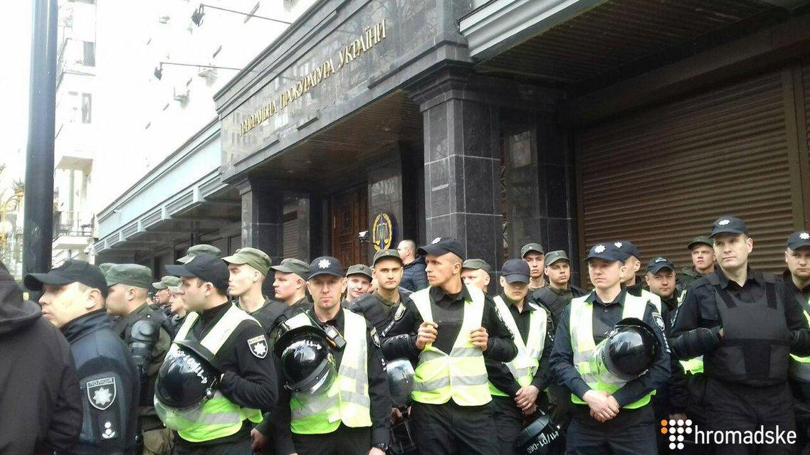 Нацтитушки снова в деле: Аваков отправил провокаторов к СБУ и администрации президента - фото 179117
