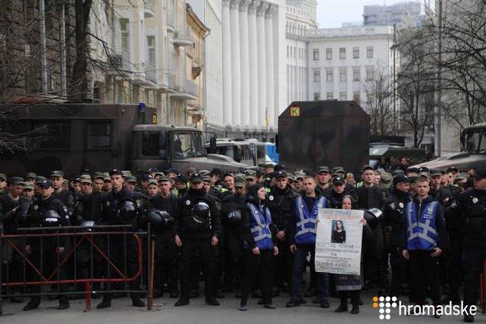 Нацтитушки снова в деле: Аваков отправил провокаторов к СБУ и администрации президента - фото 179118