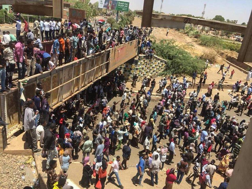 В Судане свергли президента - ФОТО - фото 179249