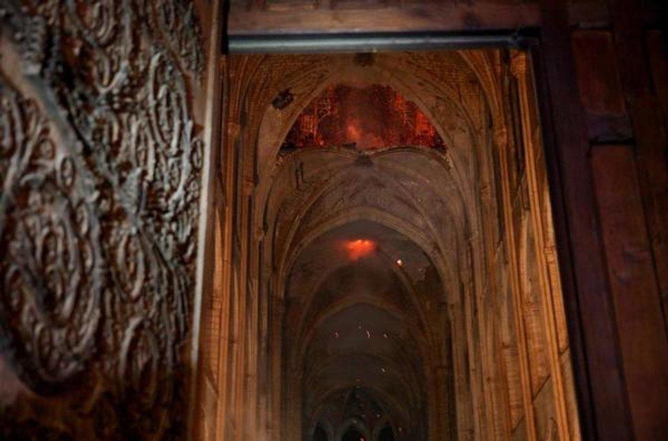 Собор Парижской Богоматери едва не сгорел дотла (ФОТО и ВИДЕО) - фото 179506