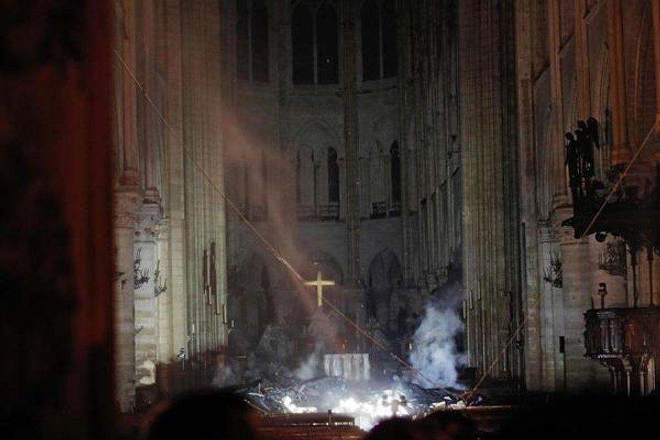 Собор Парижской Богоматери едва не сгорел дотла (ФОТО и ВИДЕО) - фото 179507