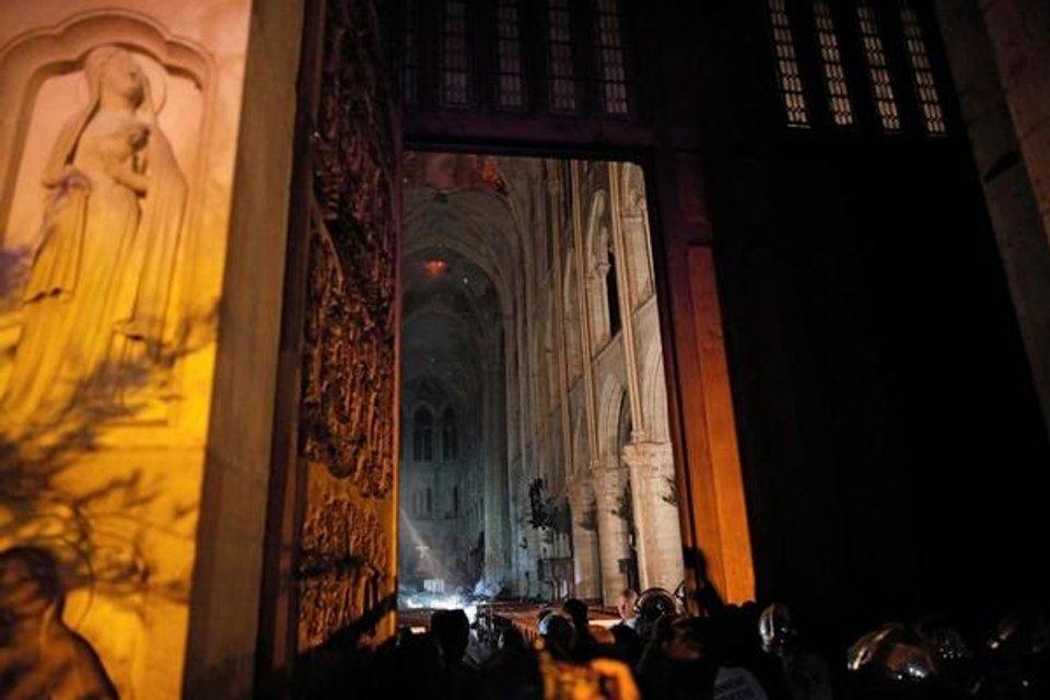 Собор Парижской Богоматери едва не сгорел дотла (ФОТО и ВИДЕО) - фото 179508