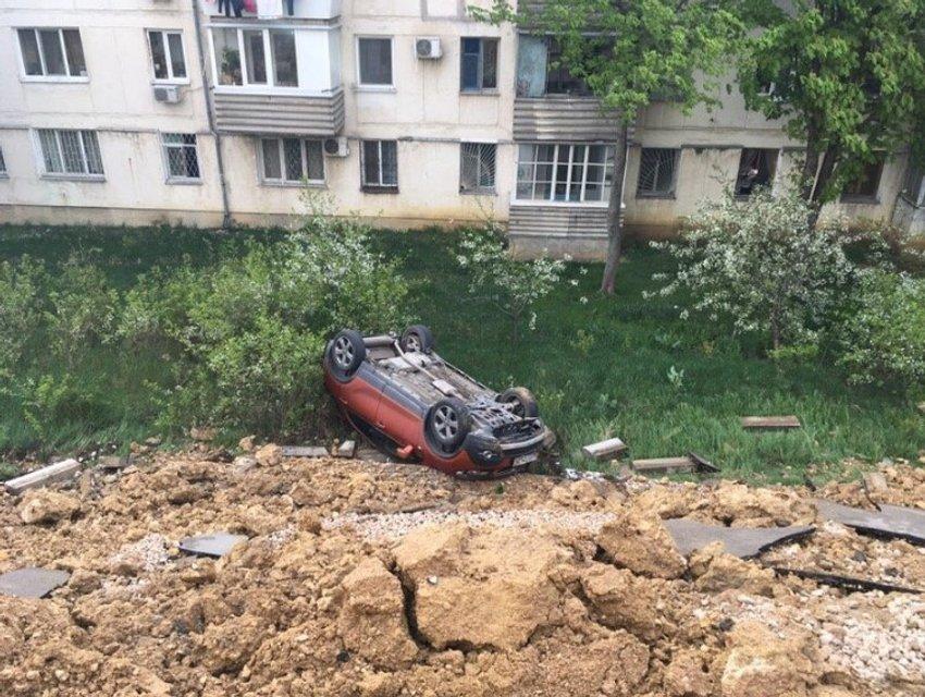 В оккупированном Крыму земля съехала в обрыв вместе с машинами (ФОТО+ВИДЕО) - фото 179760