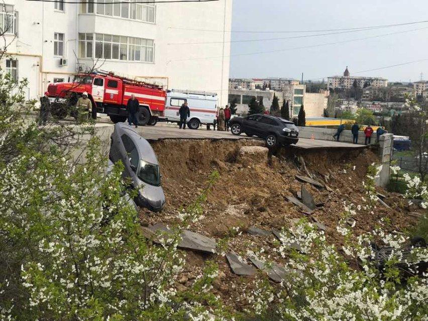 В оккупированном Крыму земля съехала в обрыв вместе с машинами (ФОТО+ВИДЕО) - фото 179761