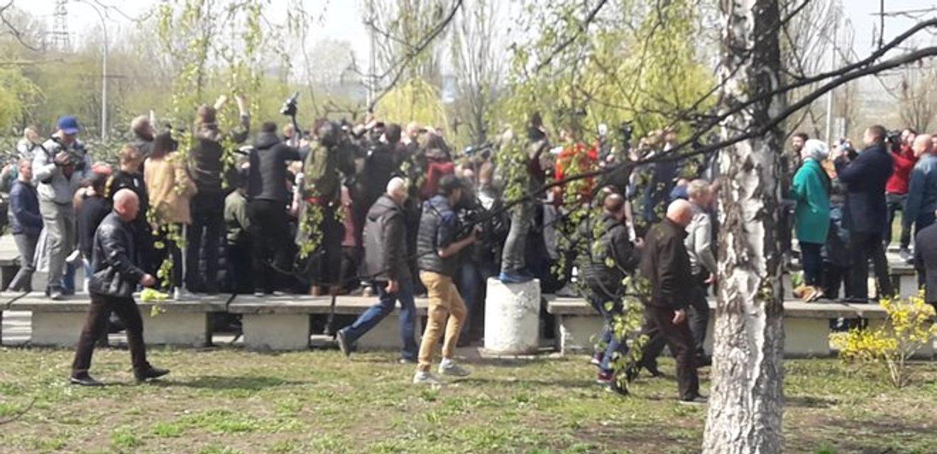 Зеленский позвал журналистов на брифинг и сбежал с помощью агрессивной охраны (ФОТО+ВИДЕО) - фото 179875