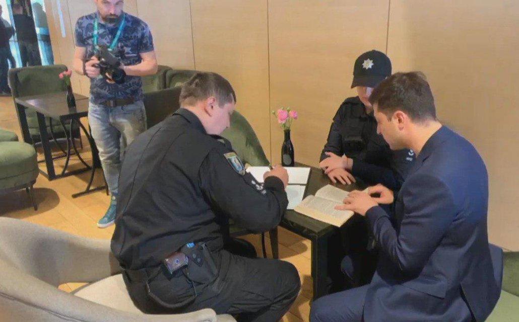 Полицейские задержали избирателя, нарушившего закон по примеру Зеленского ФОТО - фото 179880